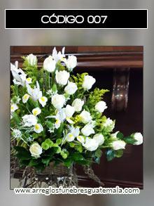 arreglos funebres de angeles con rosas blancas