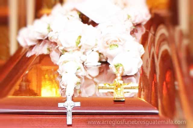Rosarios de rosas blancas